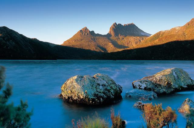 画像: クレイドルマウンテンとダブ湖(c)Tourism Tasmania
