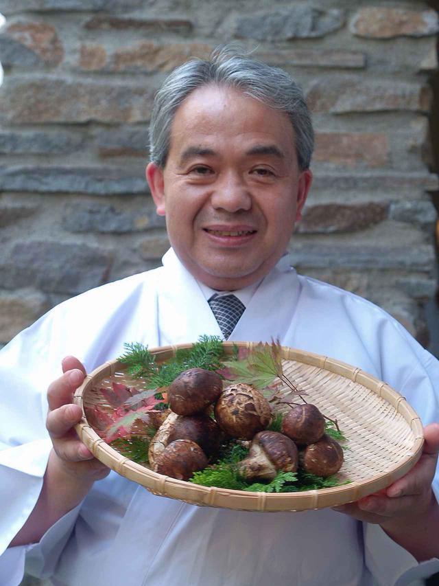画像: 青木料理長(松茸はイメージ)