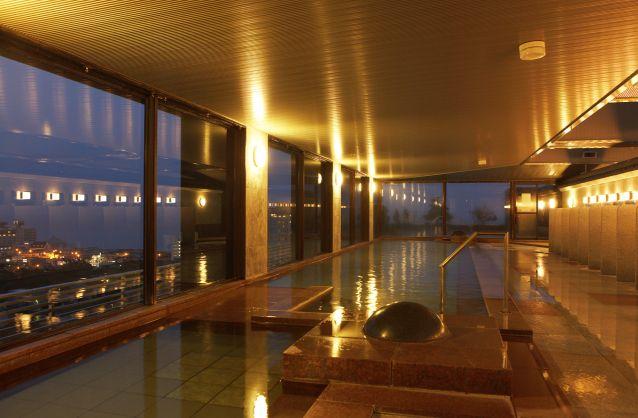 画像: 湯の川の街を望む大浴場(イメージ)