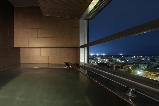 画像: 2~3名がゆったりと入れるサイズの客室展望風呂(一例/イメージ)