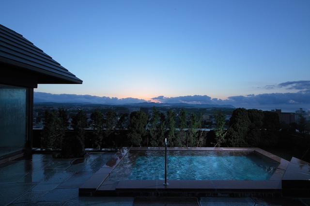 画像: 空を仰ぐ露天風呂(イメージ)