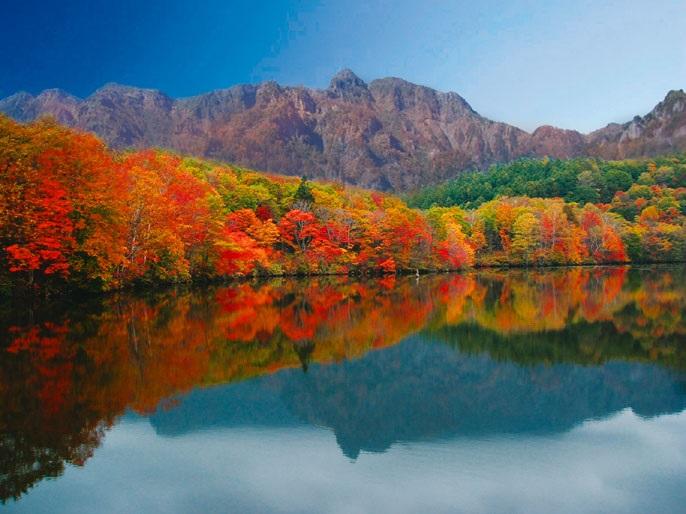 画像: 戸隠の山並みと鏡池(イメージ)