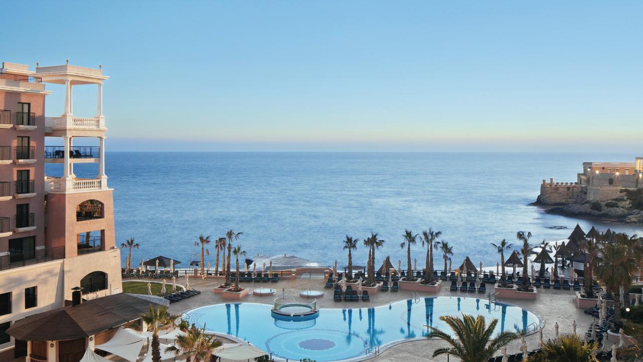 画像: 海沿いに佇むリゾートホテルに連泊滞在