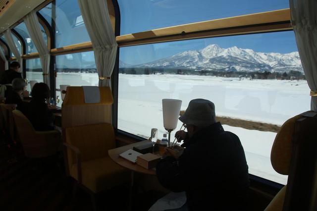 画像: 車窓から冬山を望む