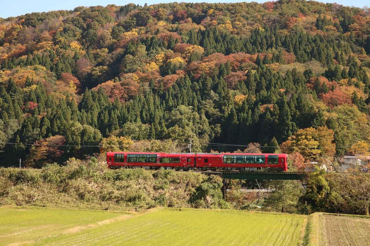 画像: 紅葉の山並みと雪月花