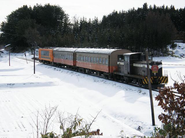 画像: 一面の雪景色の中を走るストーブ列車(イメージ)
