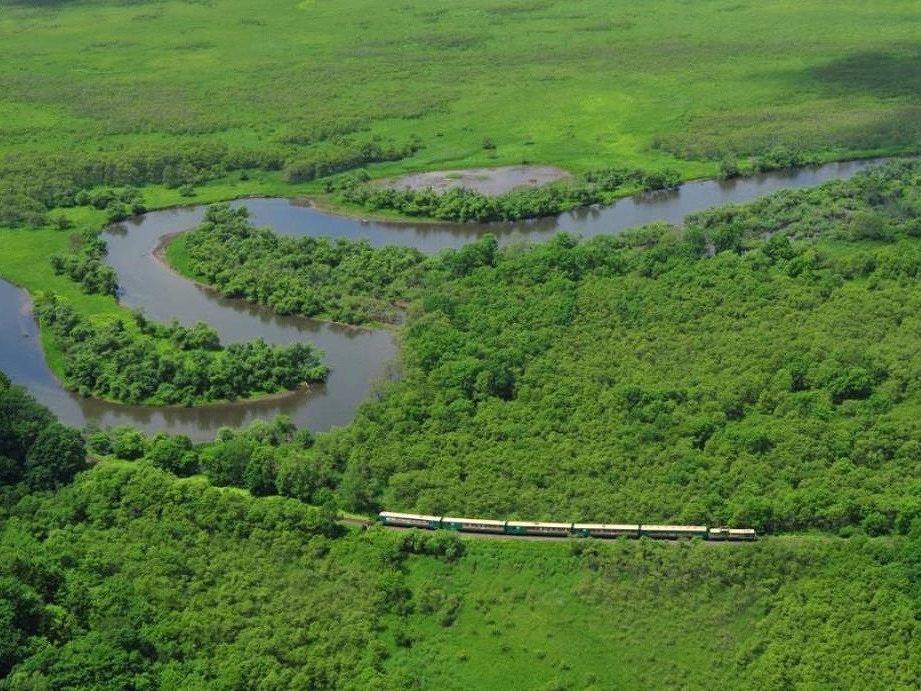 画像: 雄大な釧路湿原をゆくノロッコ号(空撮・イメージ)