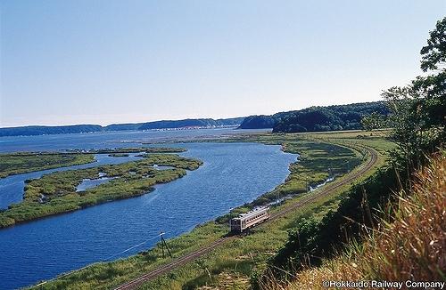 画像: ひがし北海道の大自然の中をコトコト走る花咲線の列車(イメージ) <写真提供:JR北海道>