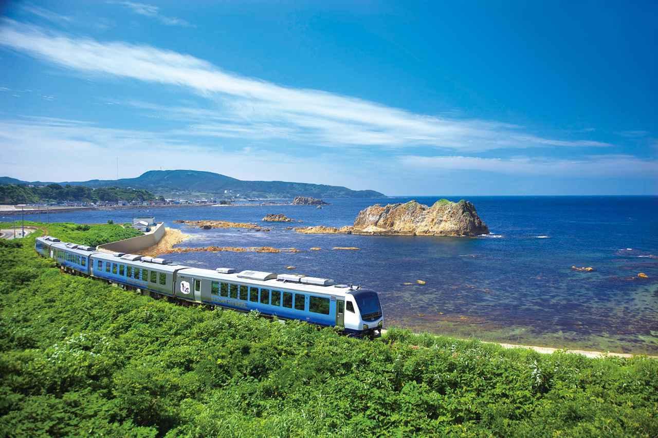 画像: 日本海沿いを走る「リゾートしらかみ 青池編成」(イメージ) <写真提供:JR東日本>
