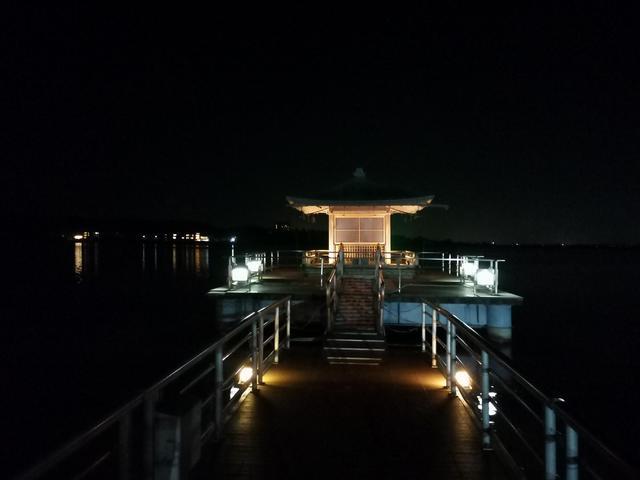 画像: 柴山潟に浮かぶ浮遊堂。 夜は神秘的にライトアップされる(弊社添乗員撮影)