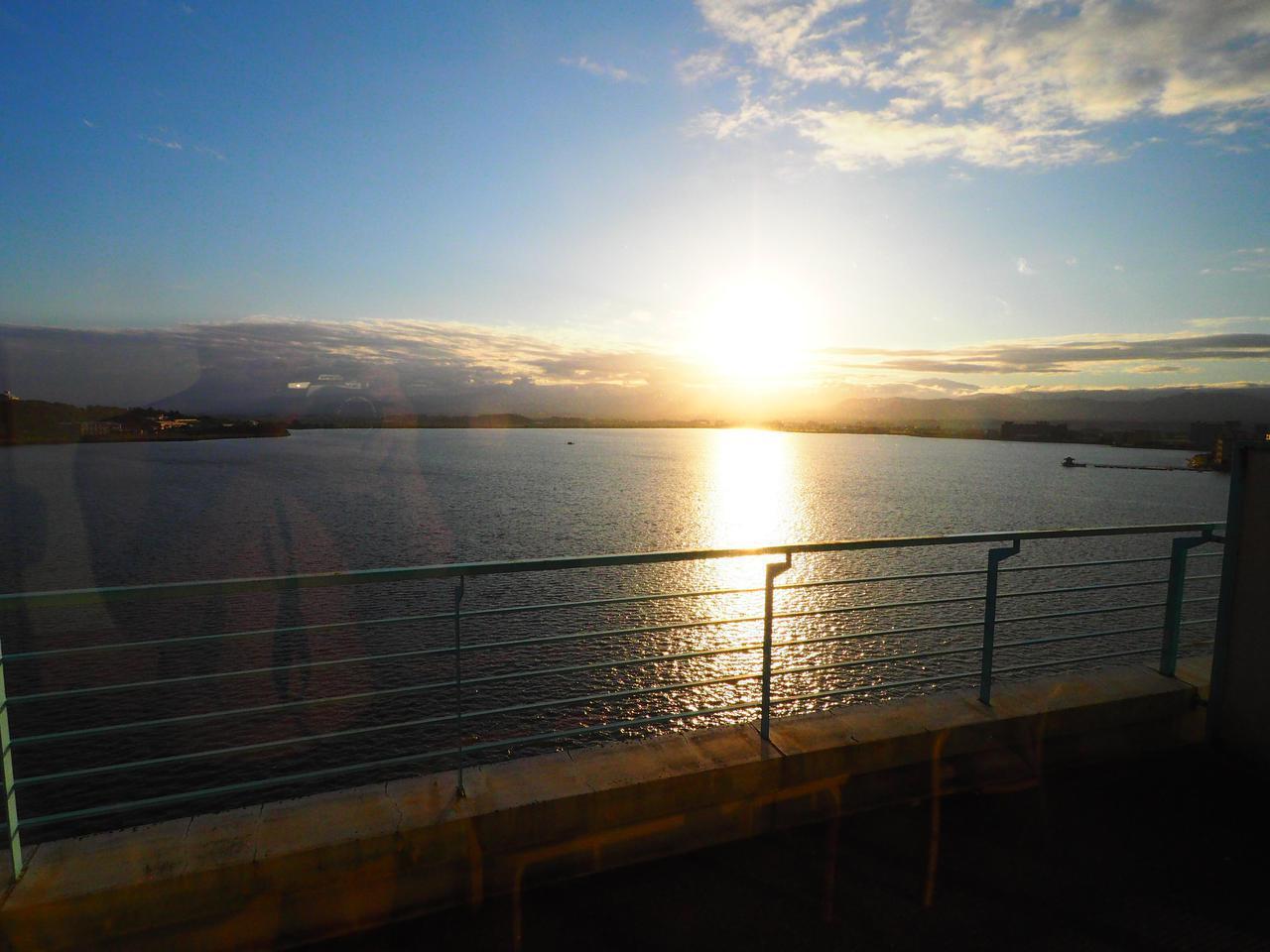 画像: ラウンジからの眺め。 西日の柴山潟が美しい