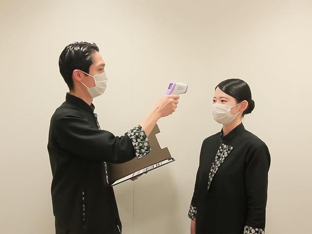 画像: スタッフの健康管理とマスク着用の徹底 (イメージ/画像提供:星野リゾート 界 津軽)
