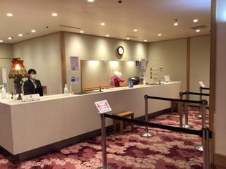 画像: ビニール設置をしたフロントカウンター (イメージ/画像提供:ホテル大観 別邸うらら)