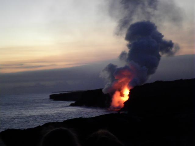 画像: 溶岩流が海へ流れ込んでいる様子。流れ込む瞬間に真っ赤になります!