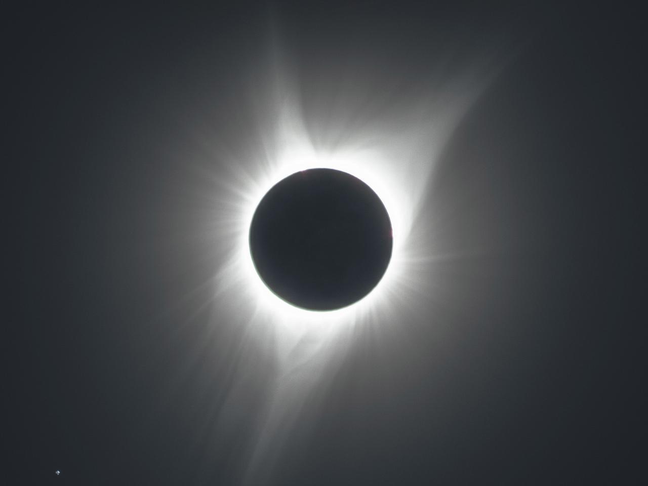 画像2: 大きく広がったコロナ、左下の星はしし座のレグルス