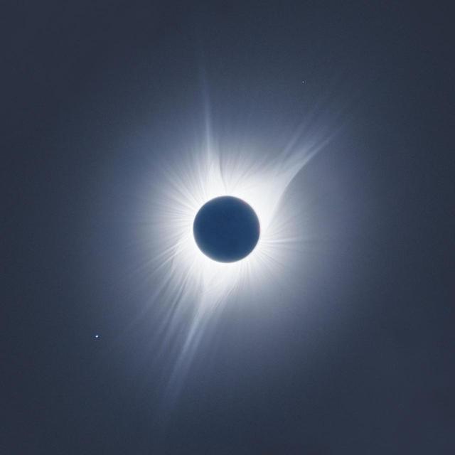 画像1: 大きく広がったコロナ、左下の星はしし座のレグルス