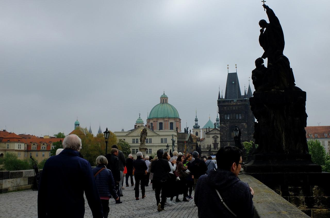 画像8: プラハ城にある聖ヴィート教会から旧市街まで石畳みの中世趣きのある街並み