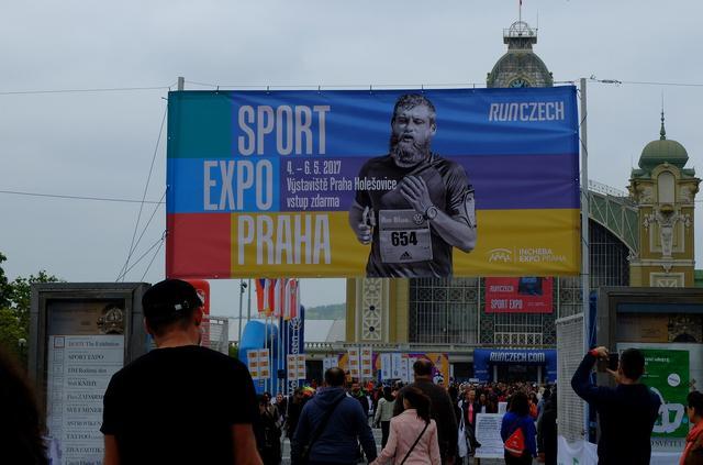 画像1: マラソンエキスポでゼッケンを受け取ります