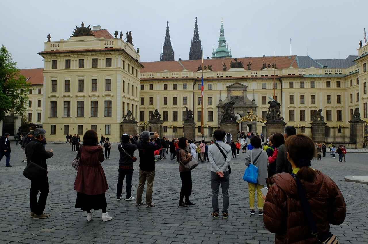 画像2: プラハ城にある聖ヴィート教会から旧市街まで石畳みの中世趣きのある街並み