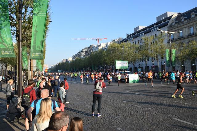 画像3: そして大会当日! スタートはなんと凱旋門を背にシャンゼリゼ通りをランナーが埋め尽くします!