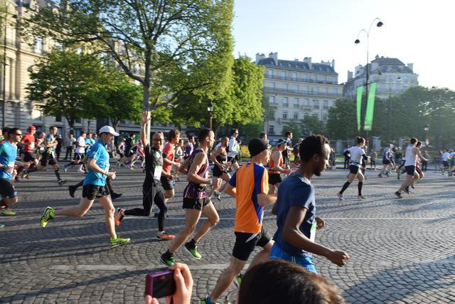 画像4: そして大会当日! スタートはなんと凱旋門を背にシャンゼリゼ通りをランナーが埋め尽くします!