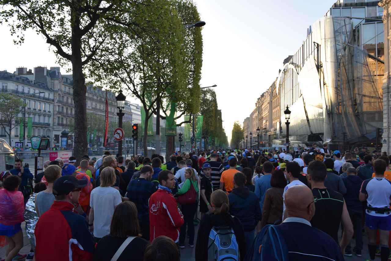 画像2: そして大会当日! スタートはなんと凱旋門を背にシャンゼリゼ通りをランナーが埋め尽くします!