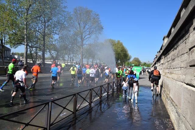 画像12: そして大会当日! スタートはなんと凱旋門を背にシャンゼリゼ通りをランナーが埋め尽くします!