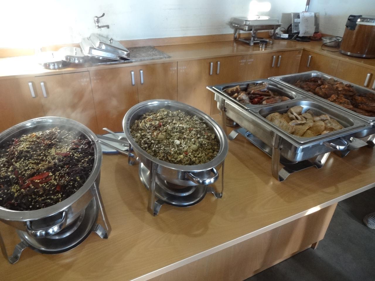 画像: この日はメインのお肉とおかずが4種類ほど。ご飯とスープがつきます。