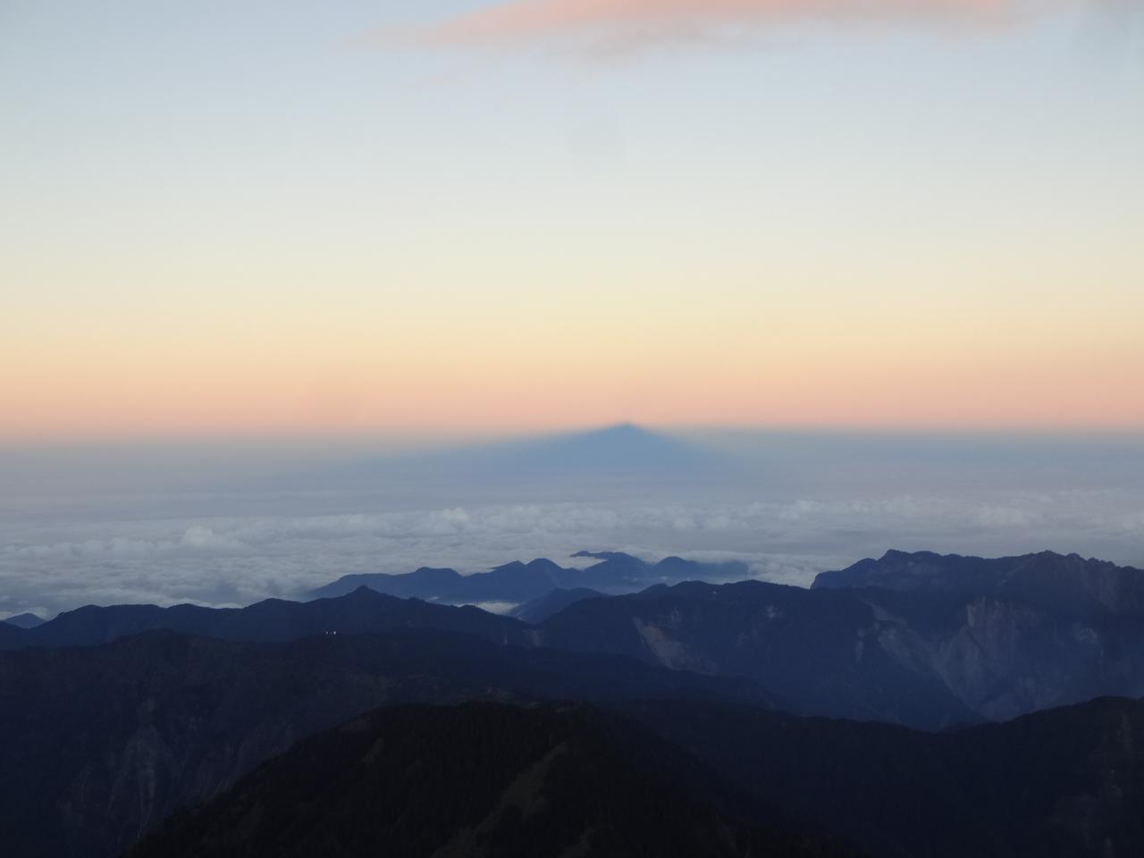 画像: 日の出の反対側で見られる現象、影玉山。幻想的な風景です。