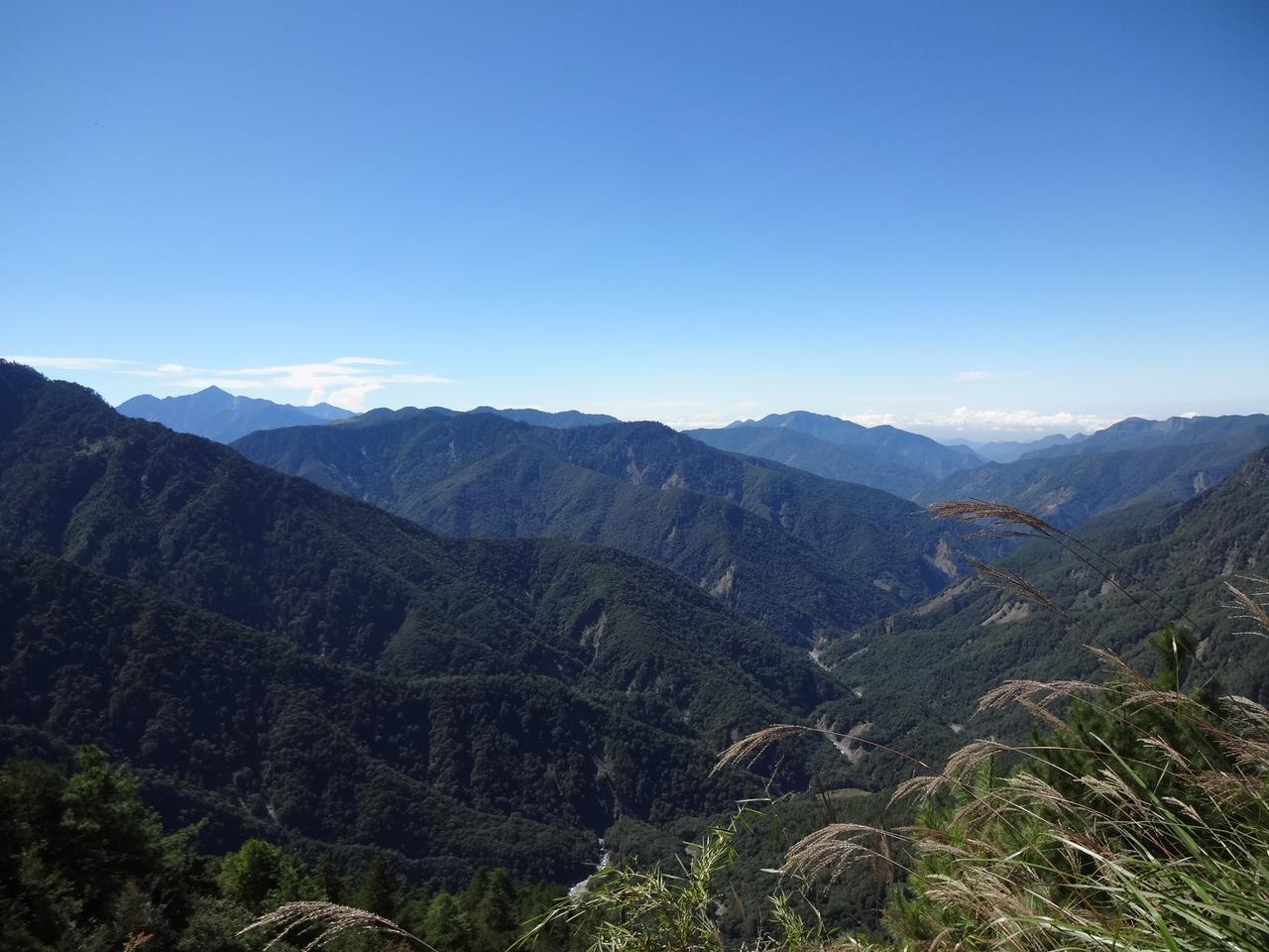 画像: 登山口からしばらく、右手にずっと山並みの景色が広がります。