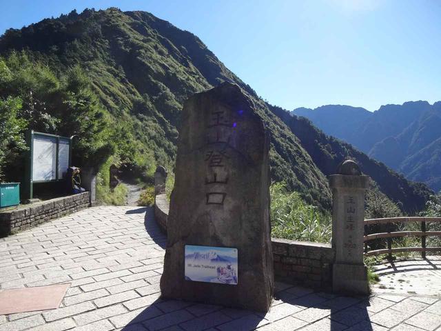 画像: タタカ鞍部の登山口(2,610m)。ここから登山のスタートです。
