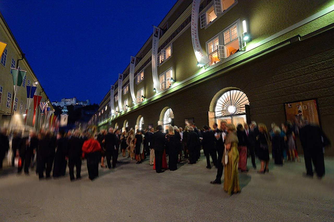 画像: ザルツブルク祝祭大劇場前風景