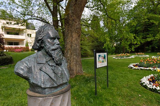 画像: 公園内にあるブラームス胸像