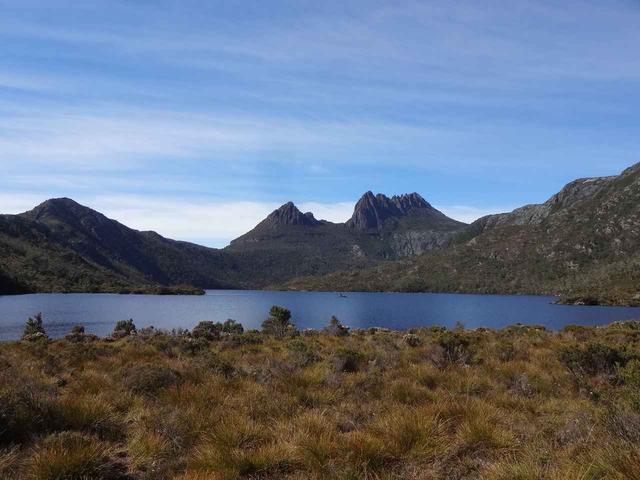 画像: ダブ湖ハイキングのスタート地点。湖をはさんだ奥にはクレイドルマウンテンがそそり立つ。