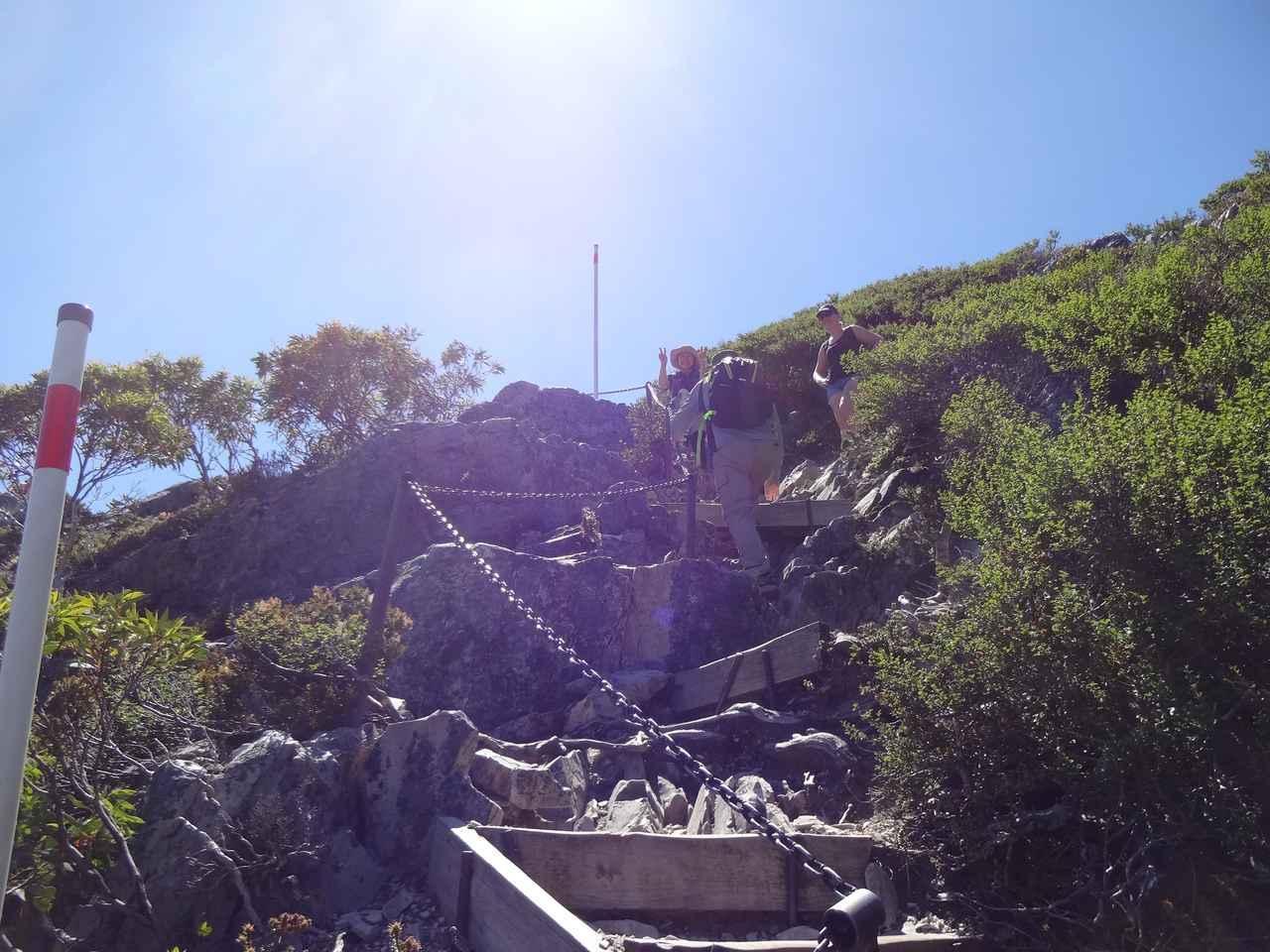 画像: 絶景前には急登や鎖場が踏ん張りどころ!