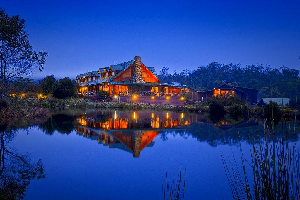 画像: 湖の湖畔に立つメインロッジ。宿泊棟は敷地内に点在する独立型のロッジになります。