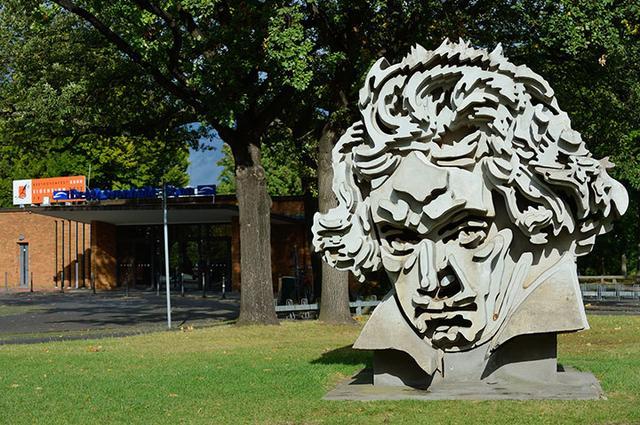 画像: ベートーヴェン・ホール前にあるベートーヴェンのモニュメント