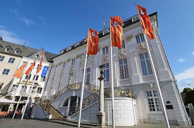 画像: 美しい市庁舎の左隣にある「エム・ヘッチェ」