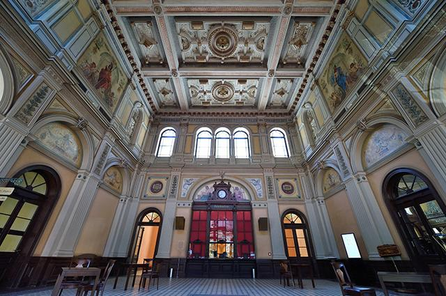 画像: 旧駅舎を利用した祝祭劇場の正面玄関ホール