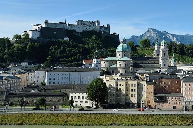 画像: ホーエンザルツブルク城と大聖堂
