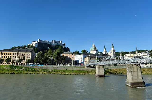 画像: モーツァルト橋と旧市街