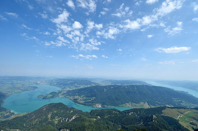 画像: シャーフベルク山頂からの眺め 眼下にザルツカンマーグートの湖