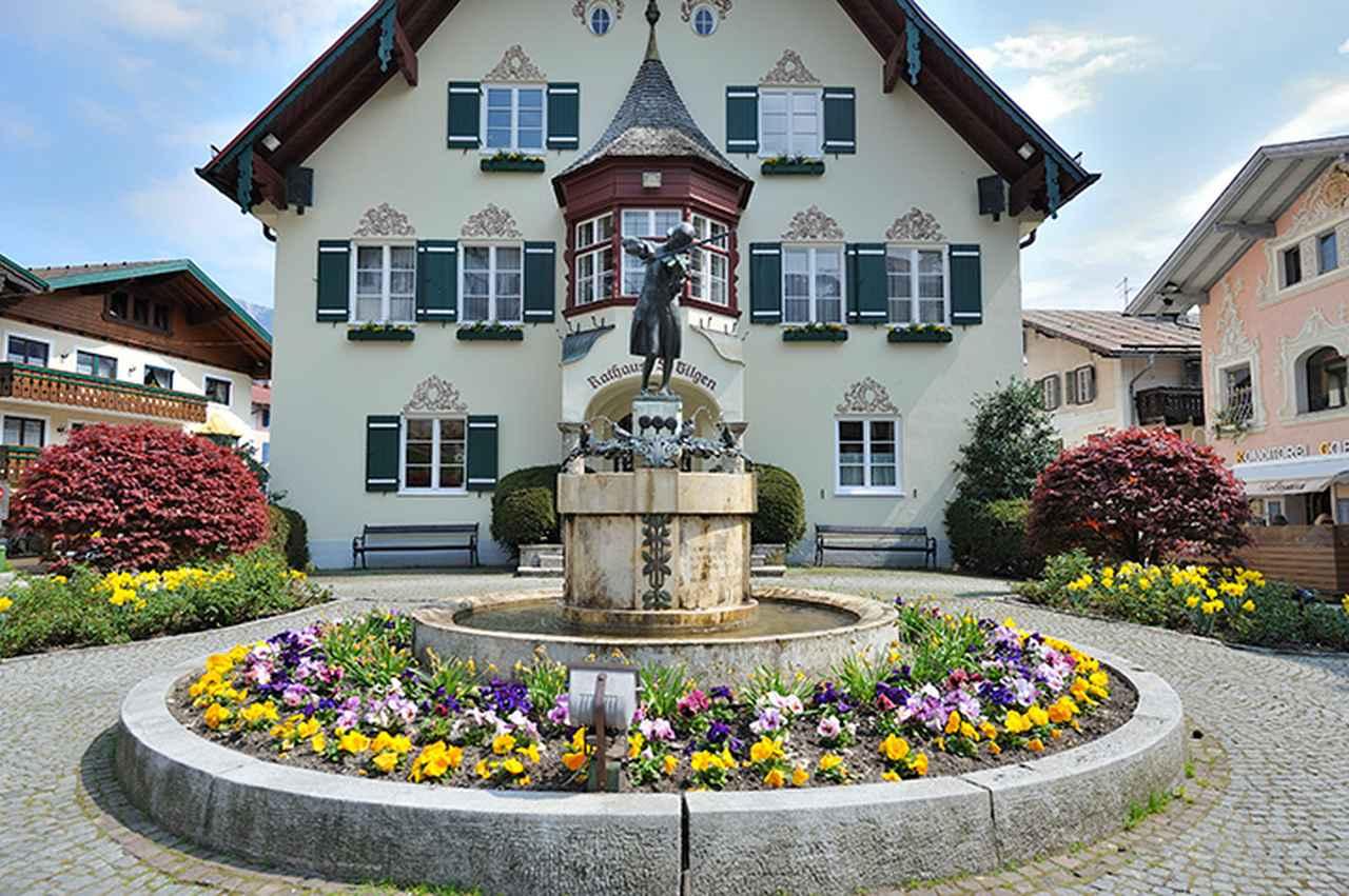 画像: ザンクト・ギルゲン市庁舎前のモーツァルト少年像