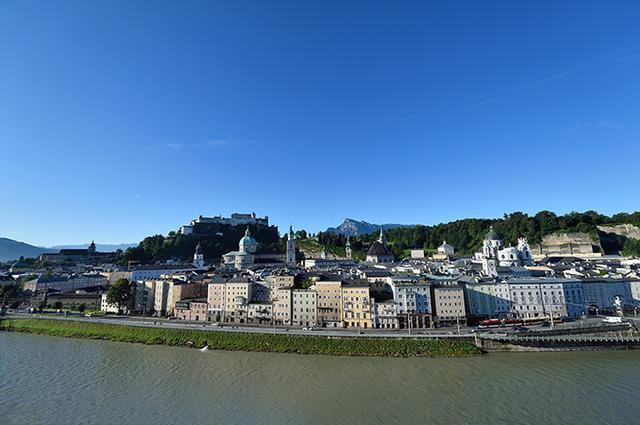 画像: カプツィーナーベルクから眺めた世界遺産ザルツブルク歴史地区