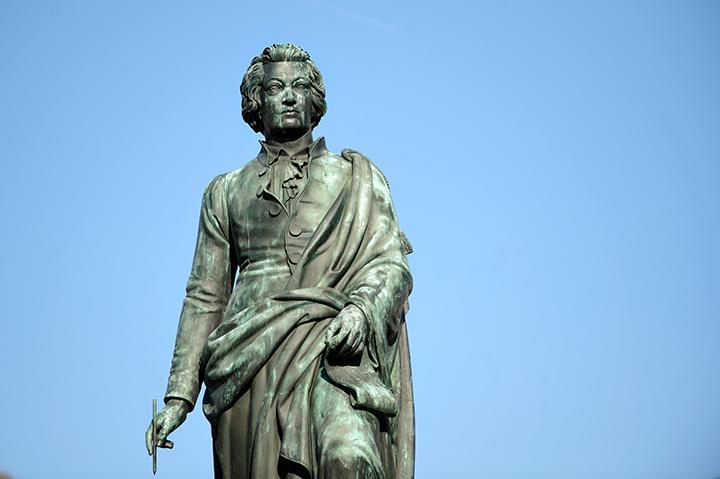 画像: モーツァルト広場にあるモーツァルト像