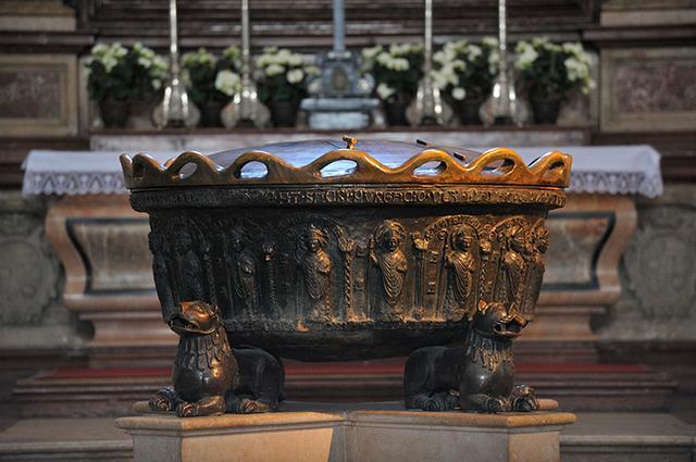 画像: 大聖堂内にあるモーツァルト洗礼盤