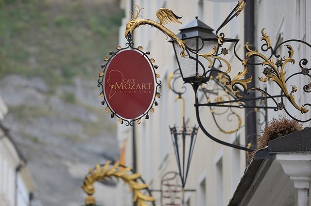 画像: ゲトライデ通りにある「カフェ・モーツァルト」の看板