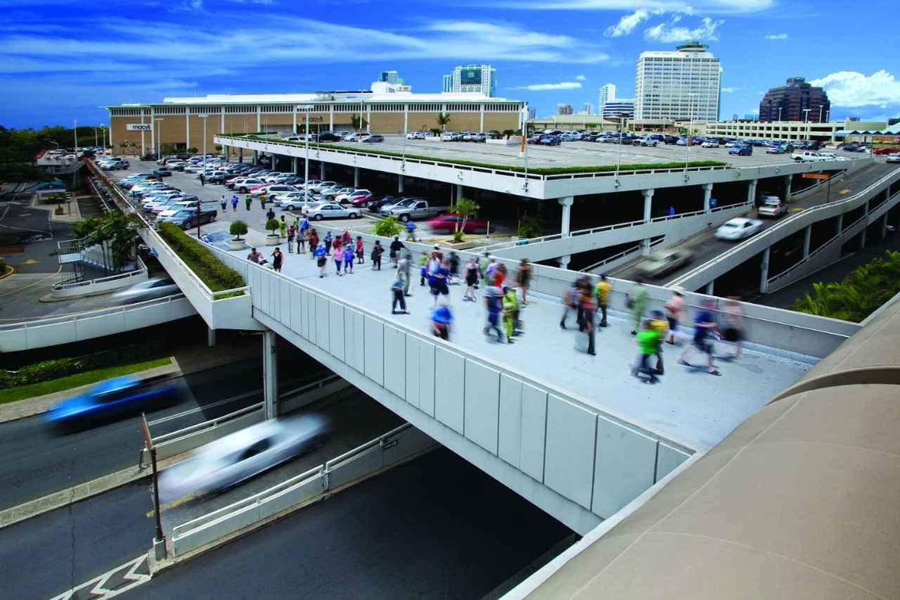 画像: ショッピングセンターへは、2階の連絡ブリッジでらくらく!