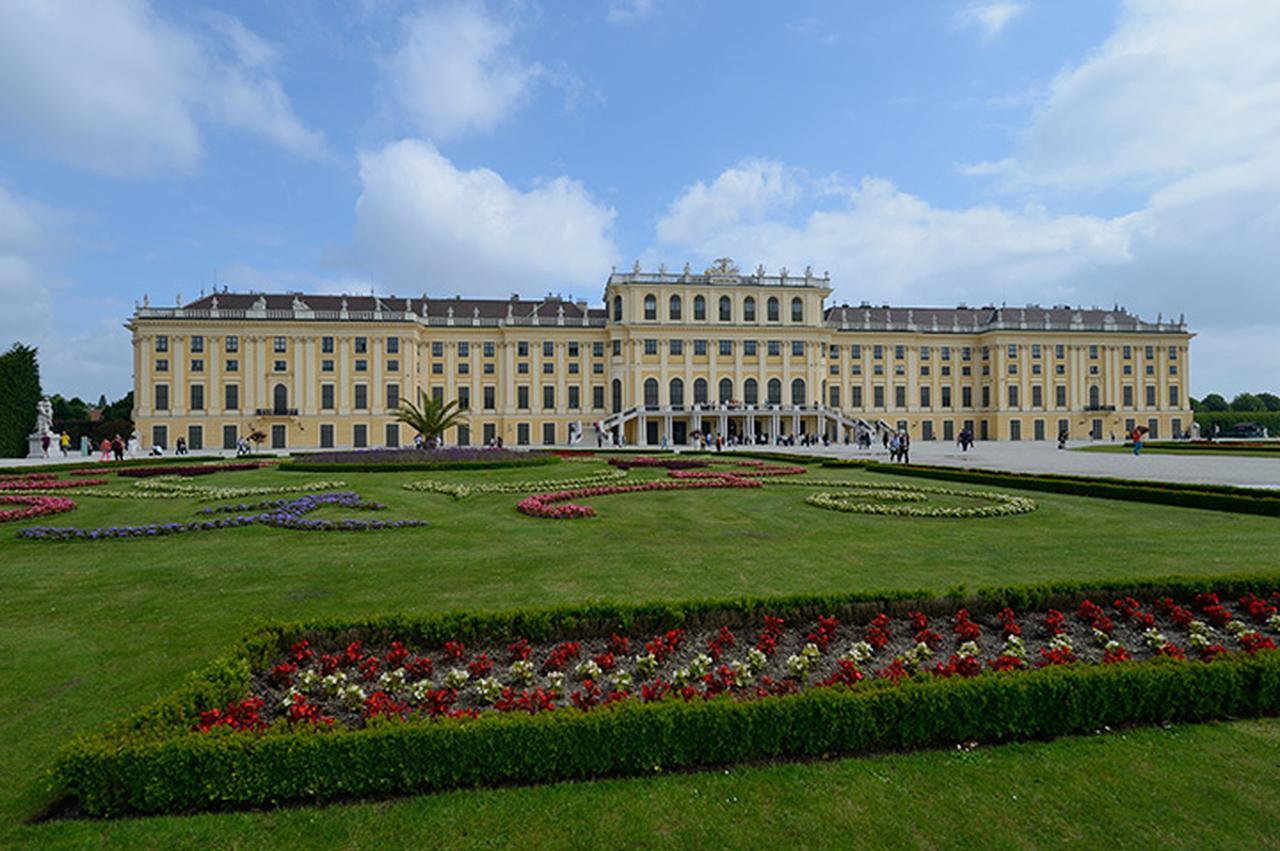画像: 野外コンサートの会場となる世界遺産シェーンブルン宮殿とその庭園