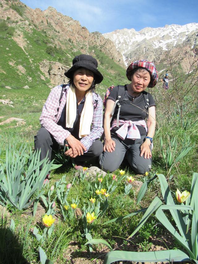 画像: ハイキング中、チューリップと一緒に撮影
